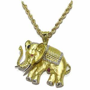 Collier éléphant en or jaune 18 carats avec 0,32 ct de diamants, 0,10 ct de saphir et un rubi de 0,08 ct. Poids d'éléphant; 17,90 grammes d'or 18 carats